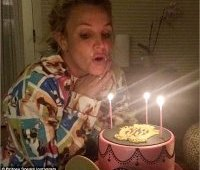 Бритни Спирс задувает свечи