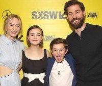 Эмили Блант и Джон Красински с их детьми по фильму «Тихое место»